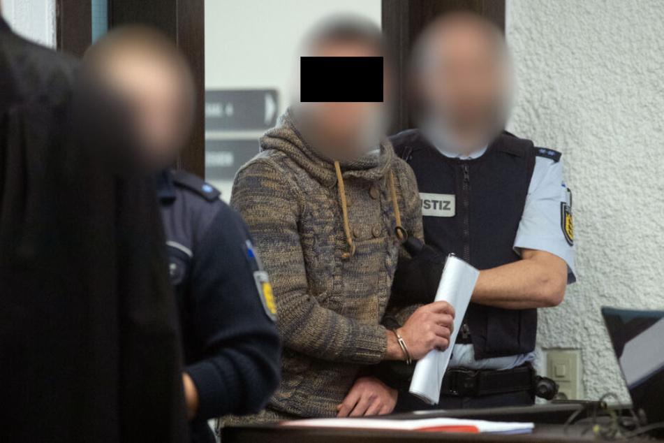 Der Angeklagte (Mitte) vor Gericht.