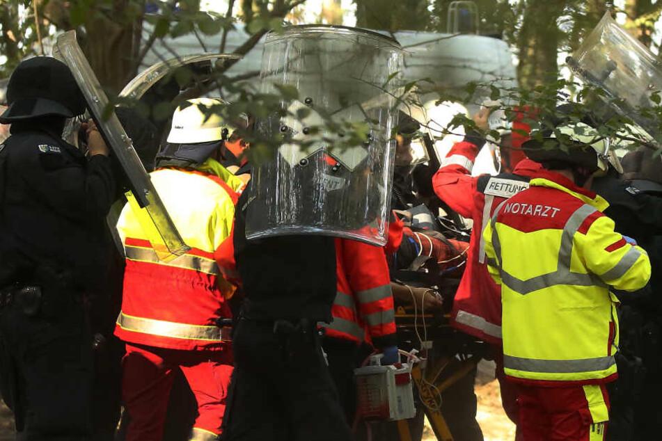 Während der großen Räumungsaktion im rheinischen Braunkohlerevier Hambacher Forst ist ein Journalist abgestürzt und hat tödliche Verletzungen erlitten.