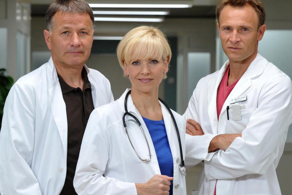 Andrea Kathrin Loewig zusammen mit ihren Serienkollegen Thomas Rühmann (links) und Bernhard Bettermann.