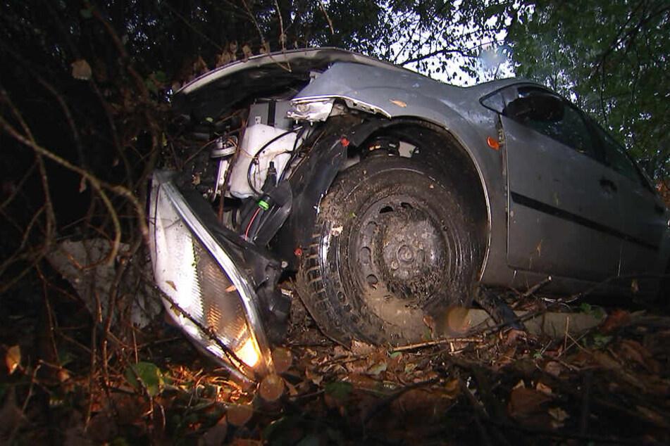 Der Ford wurde auf die Gegenfahrbahn und in einen Graben geschleudert.