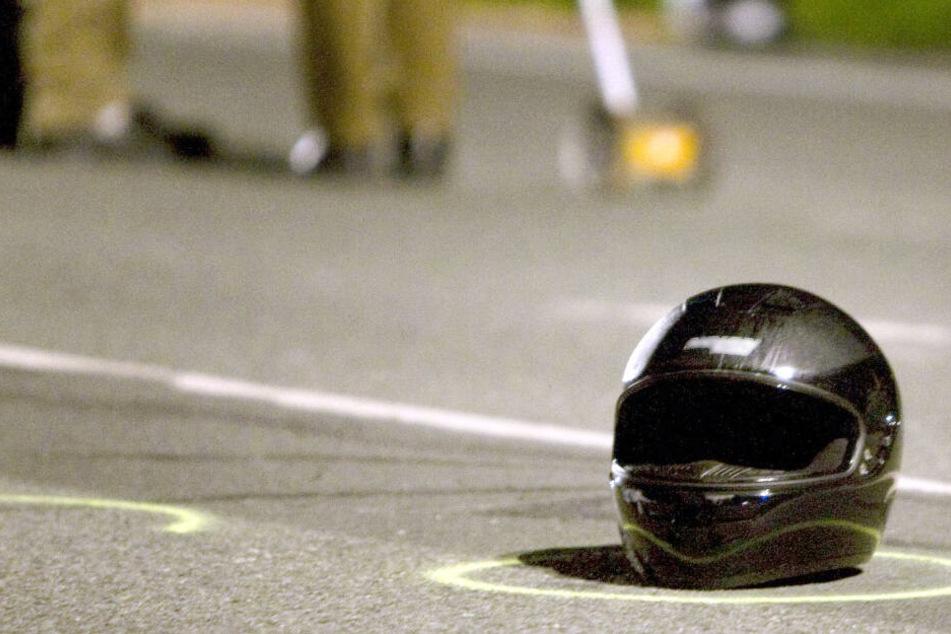 Motorrad von Lkw erfasst: Biker schwer verletzt, Rettung schwierig