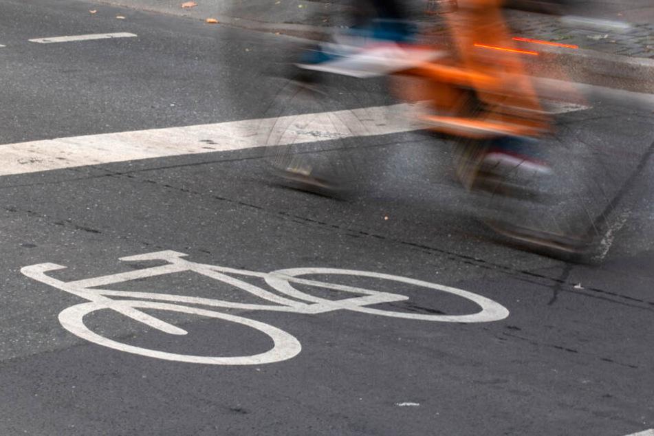 In der Nacht zu Freitag befuhr der 55-Jährige den Radweg (Symbolfoto).