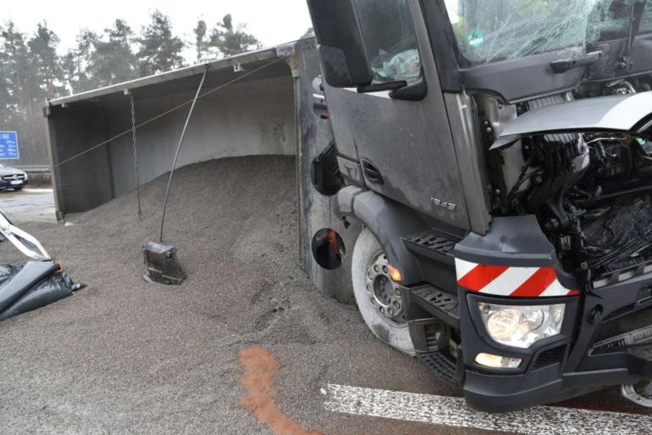 Rund 28 Tonnen Split wurden auf der Straße verteilt.
