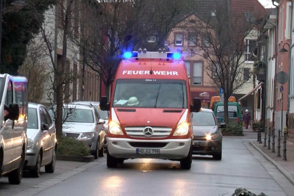 Ein Feuerwehrauto fährt durch Heidelberg.