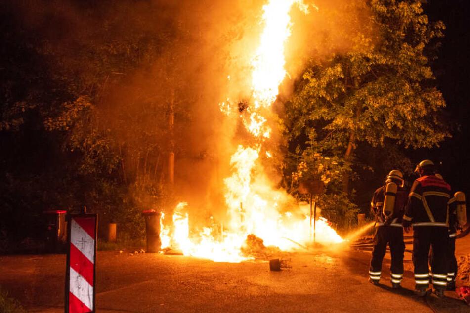 Die Flammen schießen mehrere Meter hoch in den Himmel.