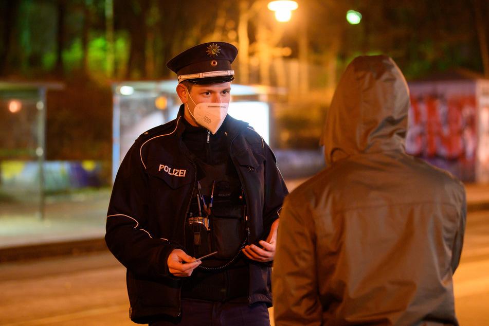 Polizisten kontrollieren die Einhaltung der Corona-Regeln im Dresdner Stadtteil Gorbitz. In Dresden gilt von 22 bis 6 Uhr eine Ausgangssperre.