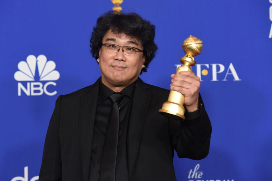 Regisseur Bong Joon Ho hält bei der Verleihung der 77. Golden Globe Awards seine Auszeichnung für den besten nicht-englischsprachigen Film.