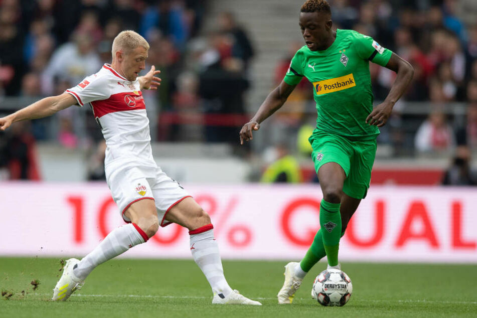 Fighten um die Pille: Stuttgarts Andreas Beck (links) und Gladbachs Denis Zakaria (rechts).