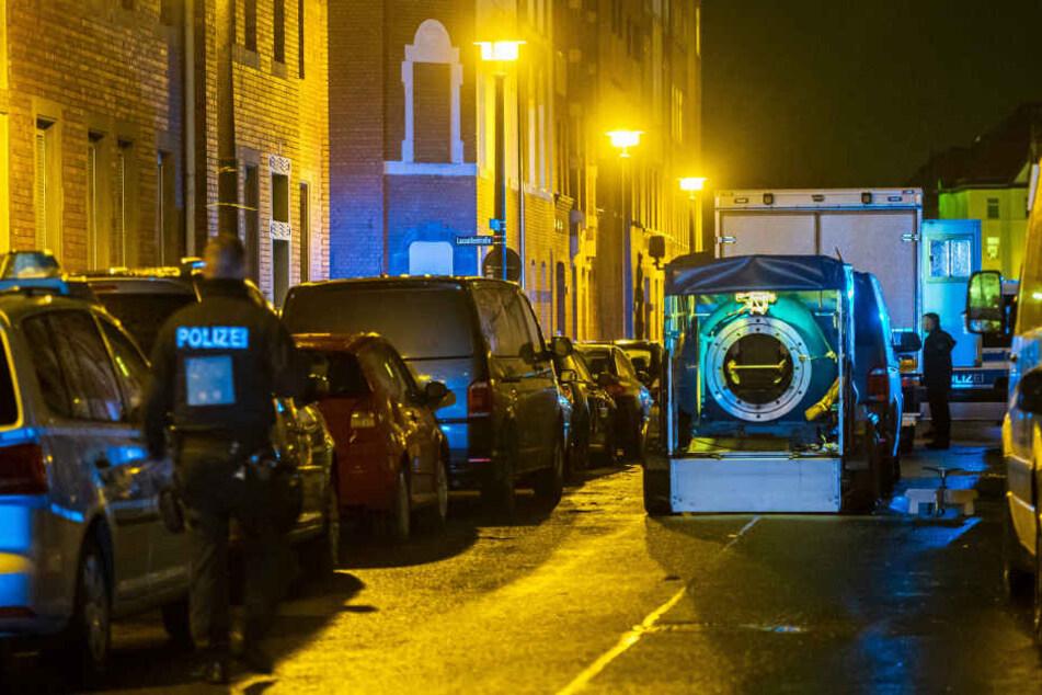 Wegen eines Waffenfundes hat die Polizei in Erfurt ein Mehrfamilienhaus geräumt.
