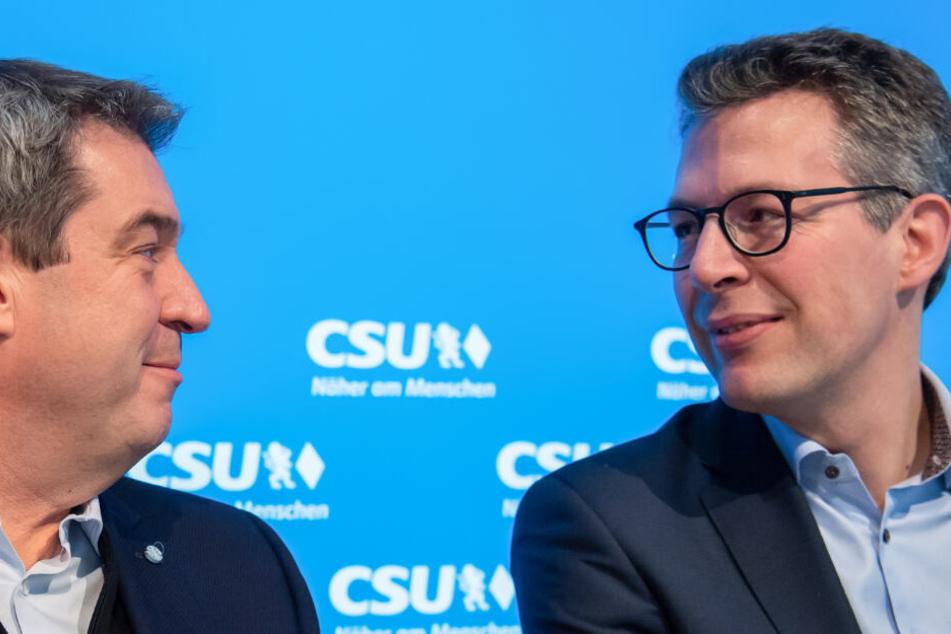 Markus Söder (l, CSU), Ministerpräsident von Bayern, und und Markus Blume, CSU-Generalsekretär.