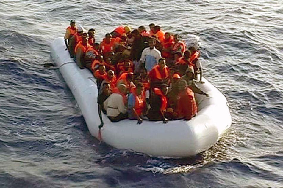 Das Foto der italienischen Finanzpolizei zeigt ein Schlauchboot mit mehr als 50 Flüchtlingen vor der Küste von Lampedusa.