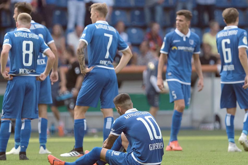 Sachsen-Anhalt, Magdeburg: Fußball: DFB-Pokal, 1. FC Magdeburg - SC Freiburg, 1. Runde in der MDCC-Arena in Magdeburg. Magdeburgs Spieler stehen nach dem Spiel auf dem Rasen. (Archivbild)