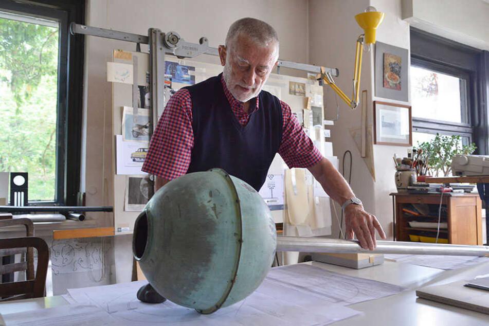 Clauss Dietel (84) gestaltet die Kupferkugeln so um, dass künftig Licht statt Wasser aus ihnen quillt.