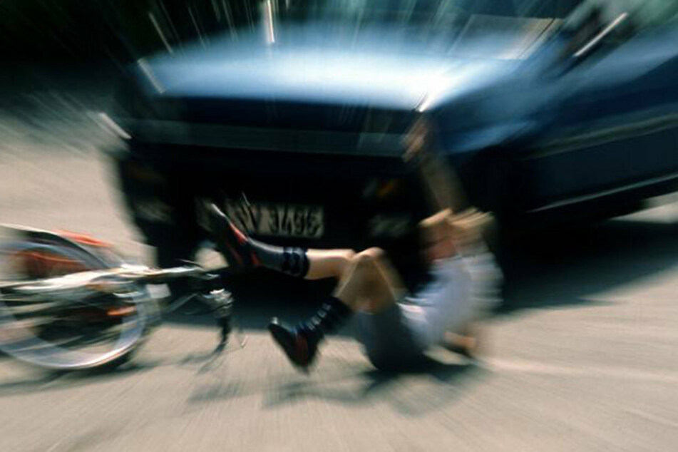 Zusammenstoß: Junge fuhr mit Fahrrad gegen ein Auto.