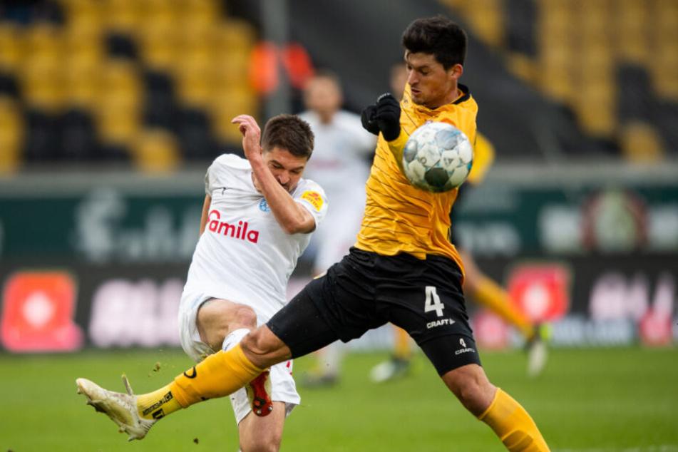 Jannis Nikolaou kommt mit dem langen Bein zu spät gegen Alexander Ignjovski und musste zur Halbzeit ausgewechselt werden.