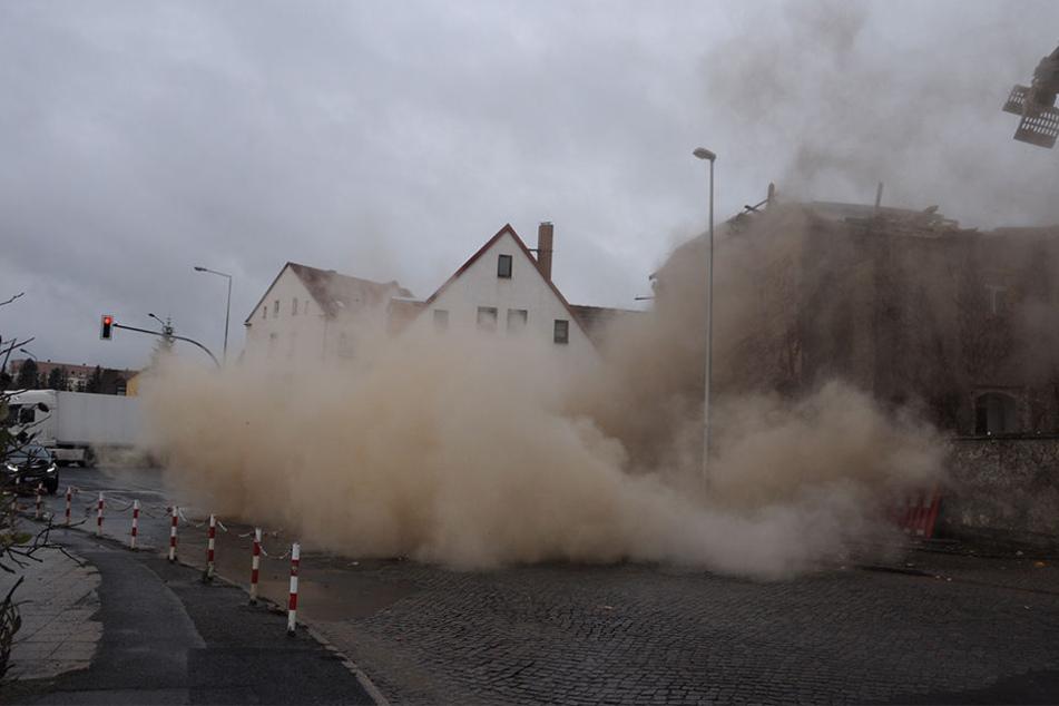 Eine Staubwolke legt sich über die Straße neben dem Roten Vorwerk. Die Weg ist offensichtlich nicht abgesperrt worden.
