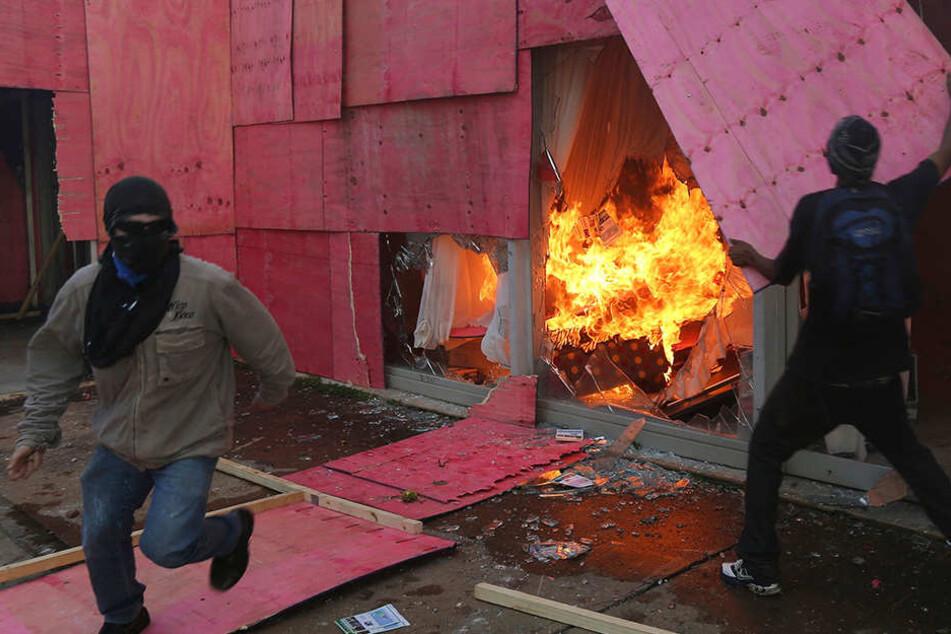 Regierungsgegner legen ein Feuer im Agrarministerium.