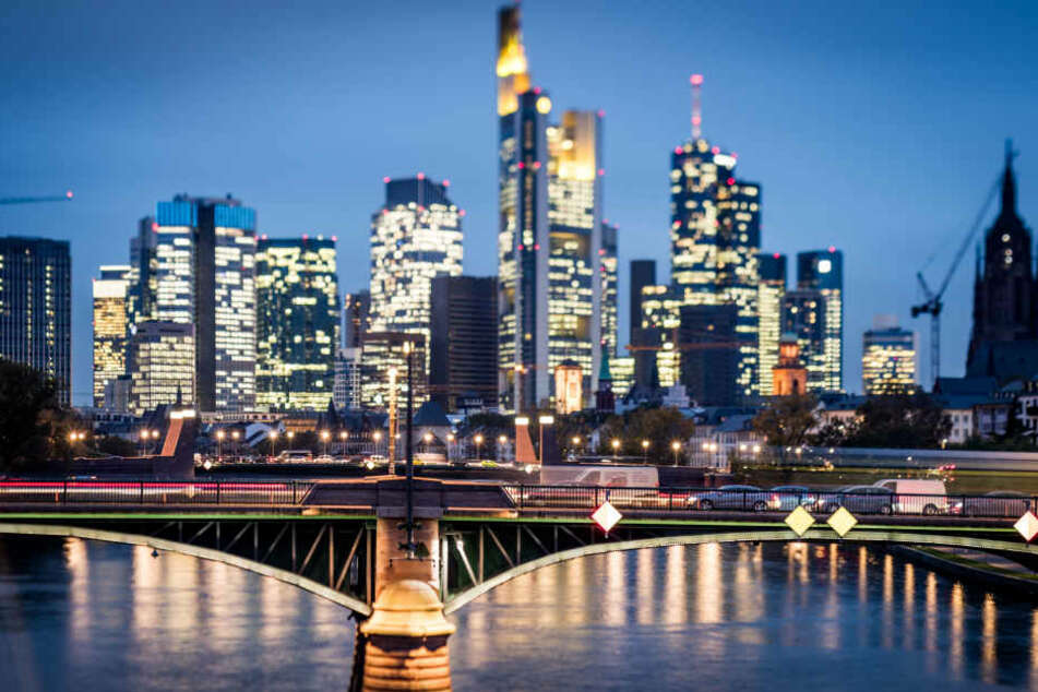 So hell beleuchtet kennen Frankfurter ihre Skyline. Am Samstagabend gehen die Lichter jedoch für eine Stunde aus.