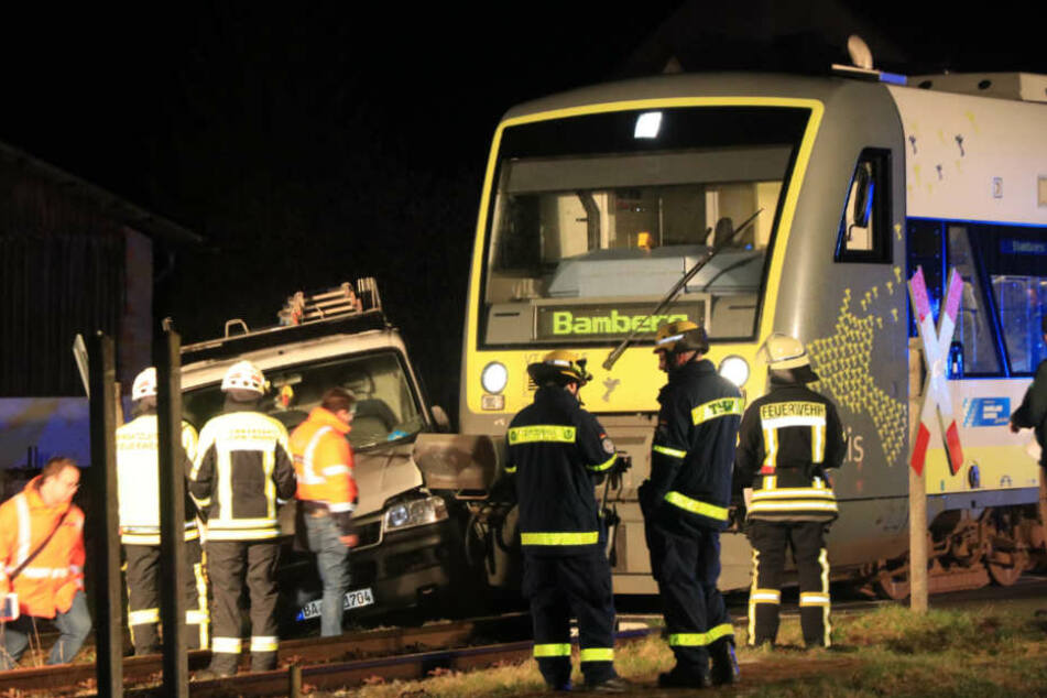 Lieferwagen-Fahrer will Bahngleis überqueren: Dann kommt der Zug