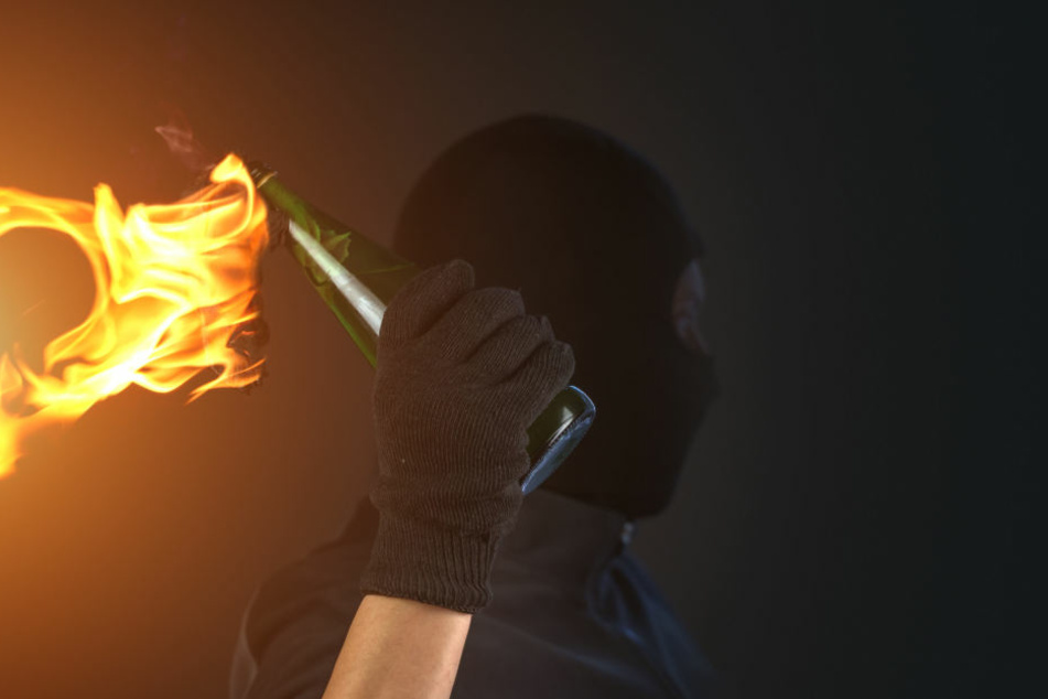 Die Gäste sahen etwas großes Leuchtendes, das auf dem Dach eines Anbaus landete. Dort setzte das brennende Wurfgeschoss zwei Solarplatten in Brand (Symbolbild).