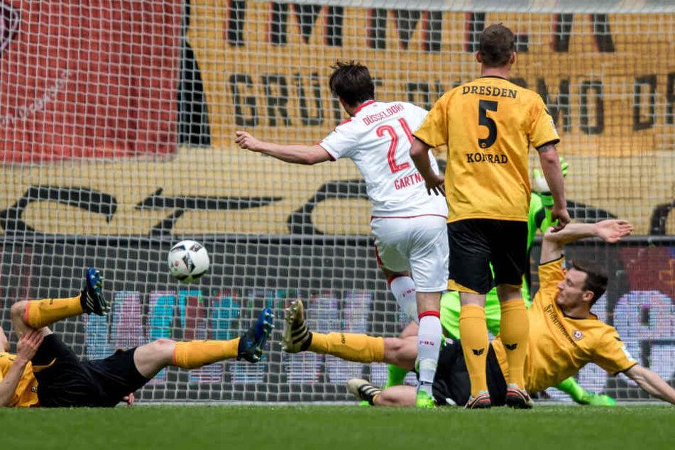 Jannik Müller (li.) und Florian Ballas machen keine gute Figur, als Christian Gartner zum 0:1 trifft.