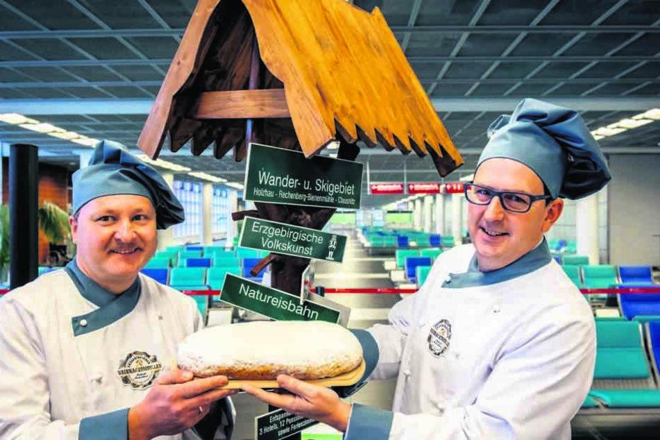 Ralph Schweigert (47, Stollenverband, r.) und René Buschmann (42, Bäckerinnung) präsentierten den erzgebirgischen Stollen.