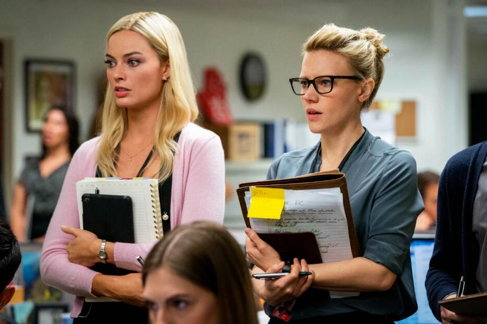 Kayla Pospisil (l., Margot Robbie) bekommt von ihrer Kollegin Jess Carr (Kate McKinnon) wertvolle Tipps.