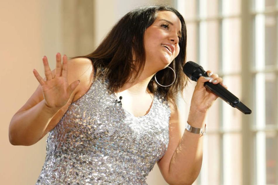 Glitzerfan Wanessa (24) performt im auffälligen Kleid. Überzeugt sie die Jury auch stimmlich?