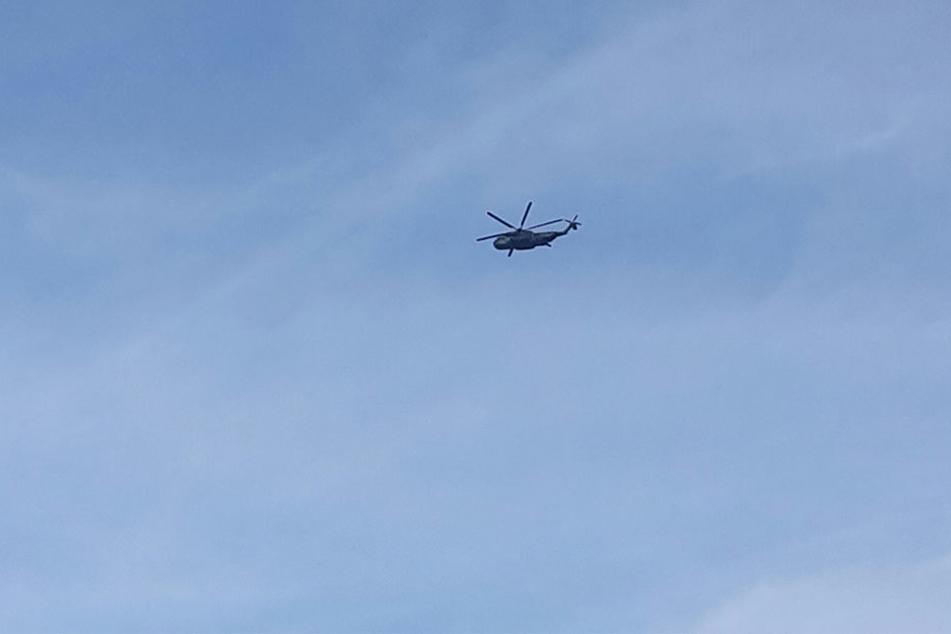 Einer der drei Bundeswehr-Helikopter am Mittwoch über Dresden.