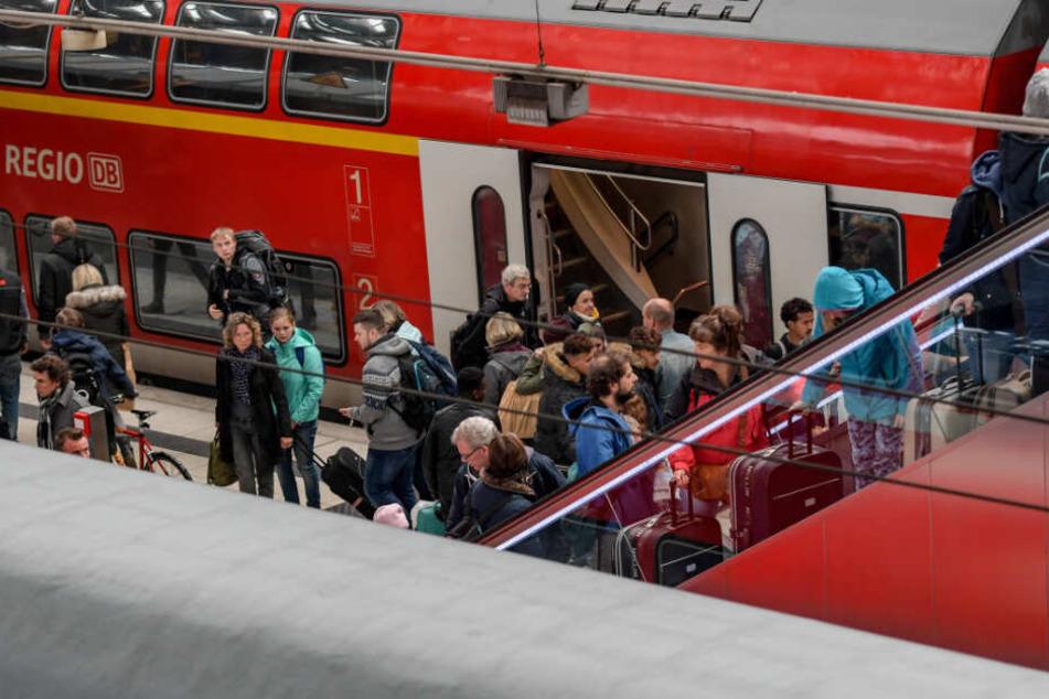 Reisende verlassen einen Zug am Hamburger Hauptbahnhof. (Archivbild)