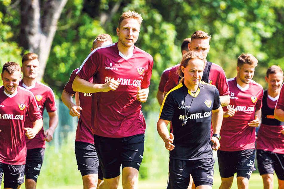 Marco Hartmann (M.) geht voran. Der 31-Jährige weiß, dass auf ihn und seine Mitspieler harte Wochen warten.