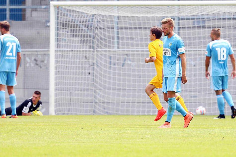 Als der Ball zum 0:1 im Netz landet, schauen die Chemnitzer Spieler konsterniert drein.