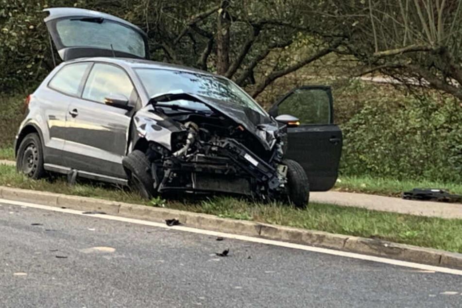 Das Auto wurde bei dem Unfall stark eingedrückt.