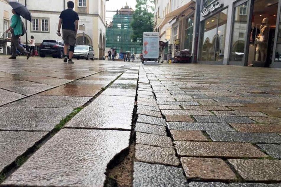 Risse, kaputte Steine und große Fugen: So sieht das Pflaster-Bild in der Bielefelder Altstadt aus.