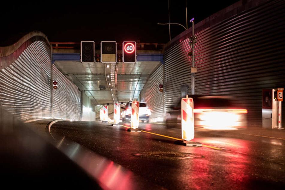 Der Lärmschutzdeckel überdacht nun die Autobahn A7 bei Stellingen.