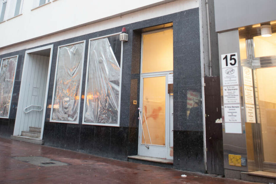 Das Gebäude in der Fußgängerzone in Harburg, vor dem der inzwischen gestorbene Mann gefunden wurde, soll leer stehen.