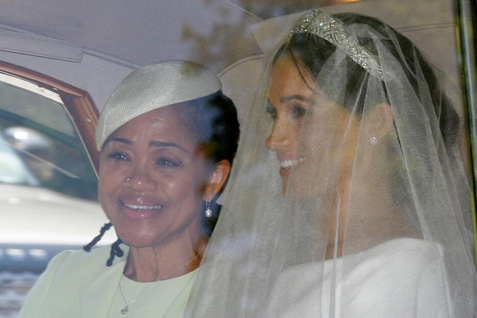 Hochzeit mit Prinz Harry: Meghan (re.) und ihre Mutter Doria Ragland verlassen am 19. Mai 2018 das Cliveden House Hotel in Taplow, in der Nähe von London.