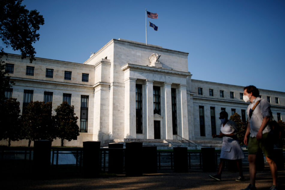 Washington D.C.: Passanten vor dem Haupsitz der Federal Reserve (US-Notenbank).