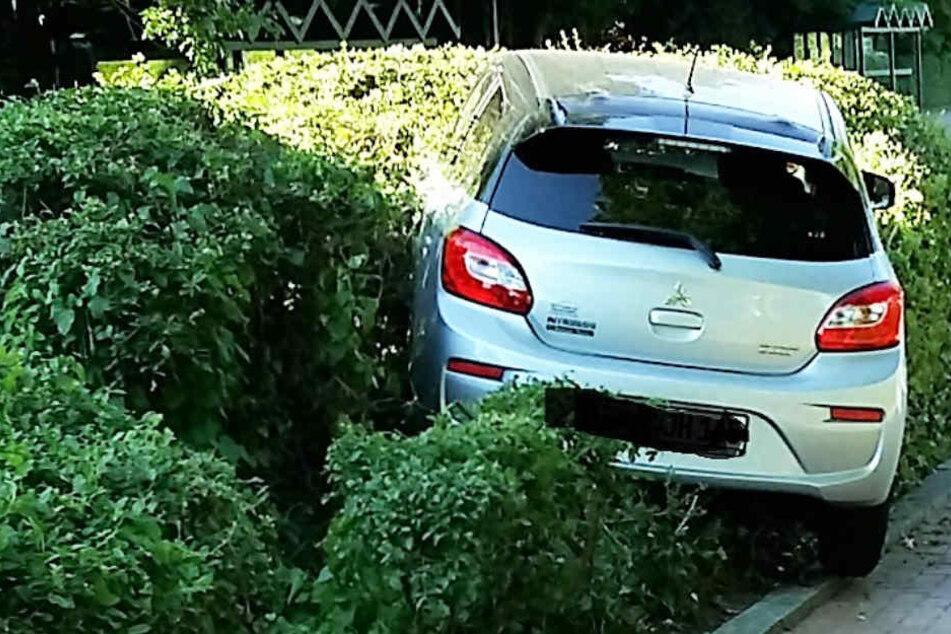 77-Jährige verliert Kontrolle über Auto und landet in Hecke