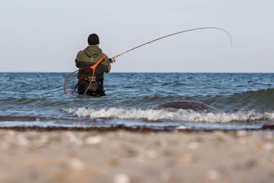 Ein Angler entdeckte den leblosen Körper in der Ostsee. (Symbolbild)