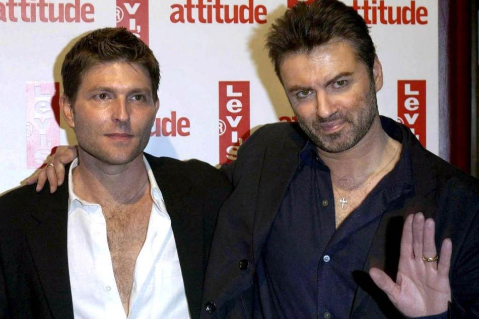 George Michael (†53, re.) mit seinem Partner Kenny Gloss 2004 auf einer Party in London.