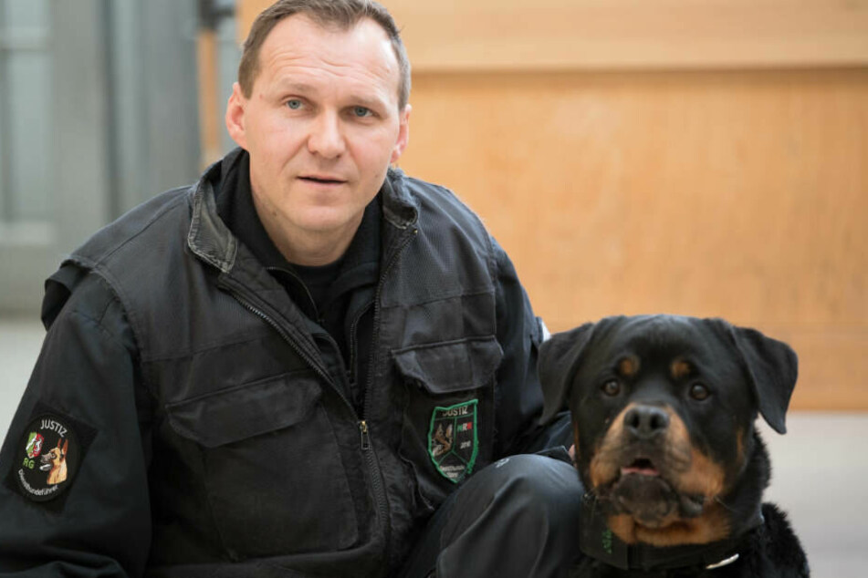 Diensthunde-Führer Darius Szeliga und sein Rottweiler Yam untersuchen eine Werkhalle der Kölner Justizvollzugsanstalt.