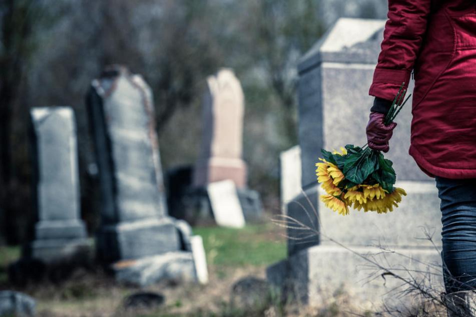 Die Frauen konnten nicht in Ruhe der Grabpflege nachgehen, da sie von dem unbekannten Exhibitionist unterbrochen wurden. (Symbolbild)