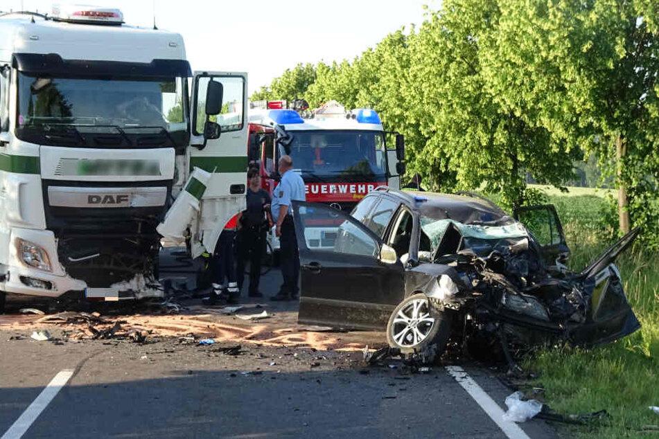 Skoda kracht in Gegenverkehr und knallt gegen Lkw: Fahrer (34) stirbt in Auto-Wrack