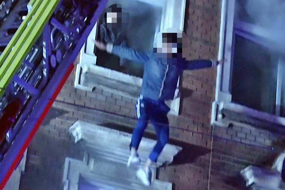 Dieser Bewohner wagte den Sprung aus seinem Fenster auf das Luftkissen.