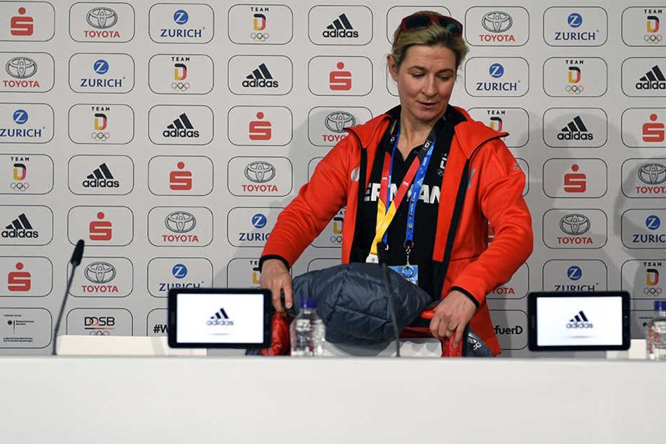 Claudia Pechstein verblüfft die Medienvertreter mit einem Witz.