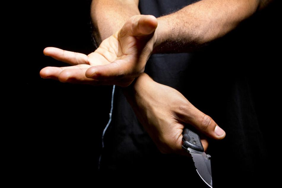 Der Mann wollte sein Geld wieder haben und bedrohte den Busfahrer untere anderem mit einem Messer. (Symbolbild)