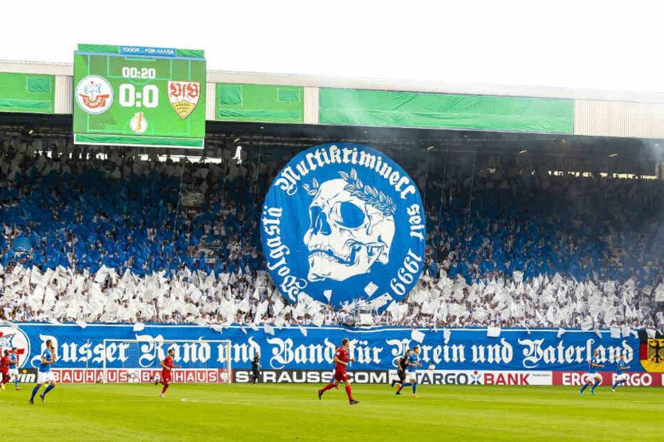 """""""Außer Rand und Band für Verein und Vaterland"""": steht auf dem Banner der Rostocker."""