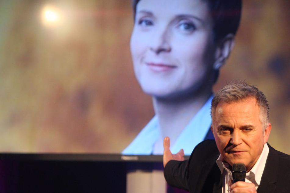 Trotz aller Querelen um die Einladung erschien Bundestagsabgeordnete Frauke Petry (42), was Jörg Knör (58) sichtlich erfreute.