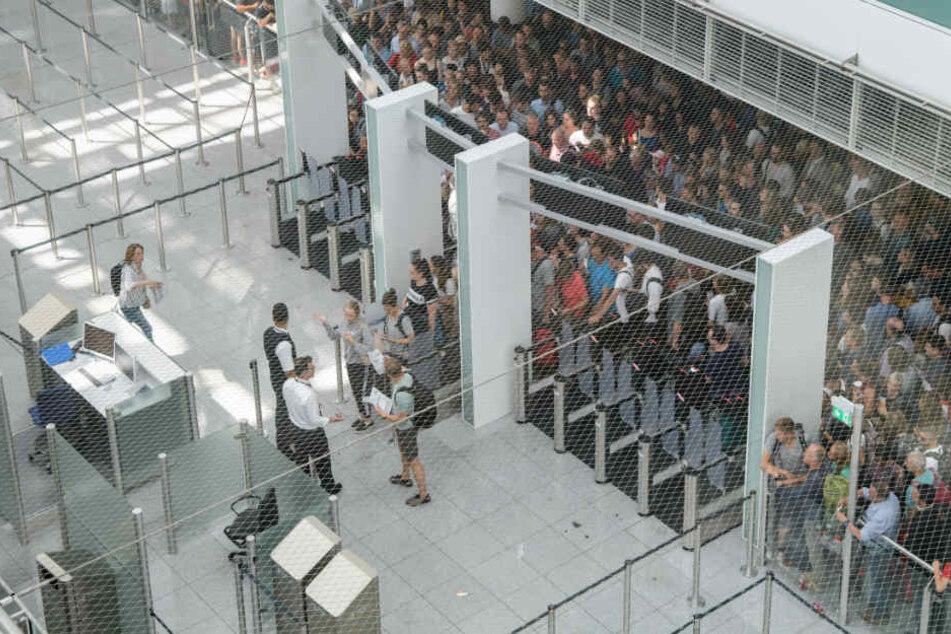 Am Terminal 2 in München musste die Abfertigung gestoppt werden. (Archivbild)
